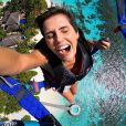 Deborah Secco se divertiu ao praticar os esportes radicais durante as férias