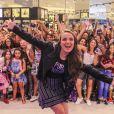 Larissa Manoela faz a alegria ds fãs em evento