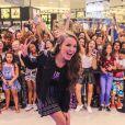 Larissa Manoela posa para fotos com fãs ao lançar linha de maquiagem