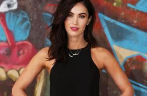 Megan Fox muda o visual e exibe cabelo curto em pré-estreia de filme