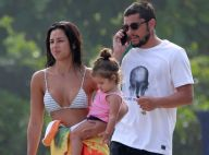 Família solar! Yanna Lavigne e Bruno Gissoni vão à praia com filha, Madalena