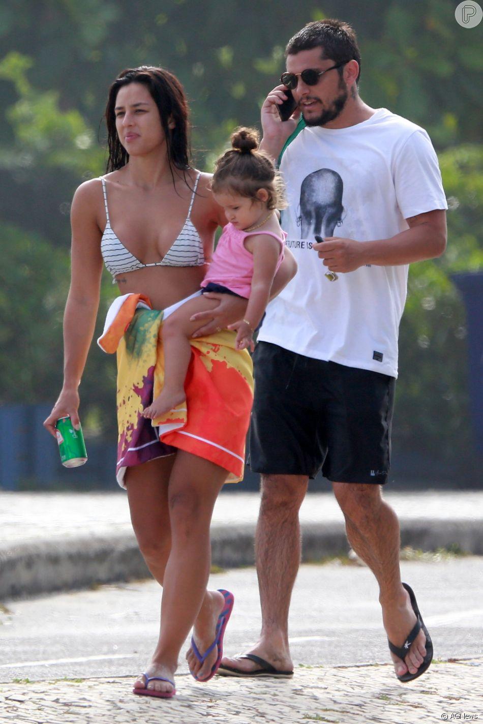 Família solar! Yanna Lavigne e Bruno Gissoni vão à praia com filha, Madalena, nesta segunda-feira, dia 03 de dezembro de 2018
