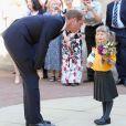 Príncipe Charles recebeu flores de crianças durante evento em Oxford