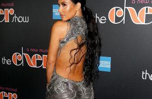 Kim Kardashian elege vestido grifado com inspiração vintage de 1998 para musical