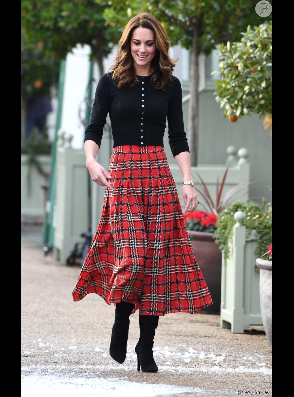 Kate Middleton combinou a saia xadrez midi e plissada com botas e cardigã  preto b79cf422d11