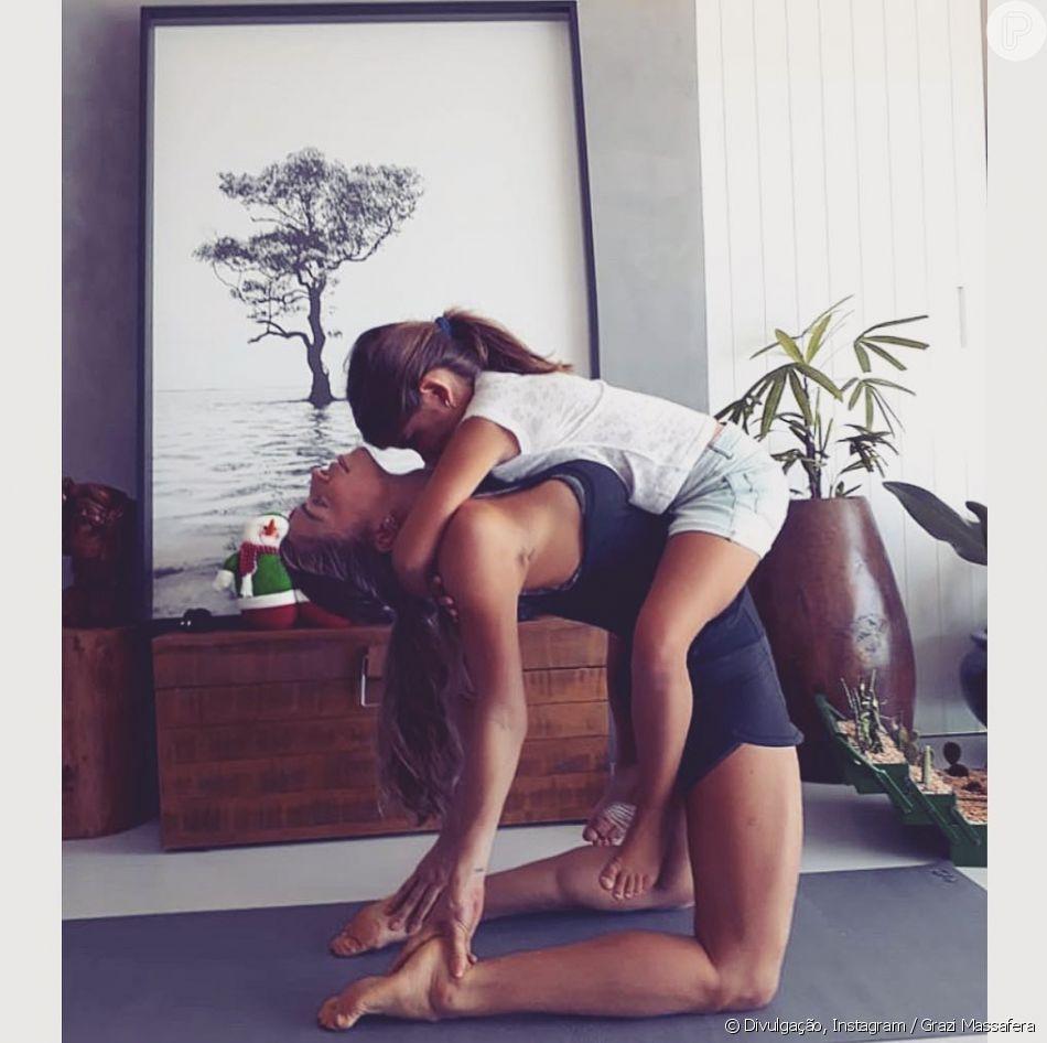 Grazi Massafera fez yoga com a filha, Sofia, nesta quarta-feira, 12 de dezembro de 2018