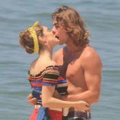 Isabelle Drummond e Rafael Vitti trocam beijos em gravação de 'Verão 90'. Fotos!