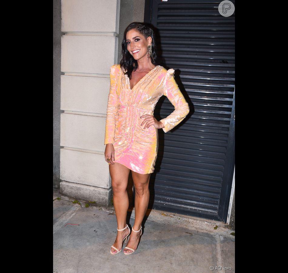 Para a ocasião, Maria Joana apostou em look curto repleto de paetês com  cores vibrantes e penteado lateral ded56db099