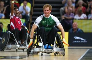 Príncipe Harry anda de cadeira de rodas durante partida de rugby, em Londres