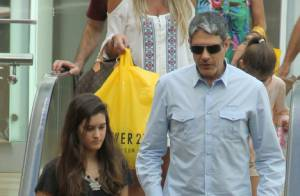 William Bonner leva as filhas Beatriz e Laura ao shopping no Rio
