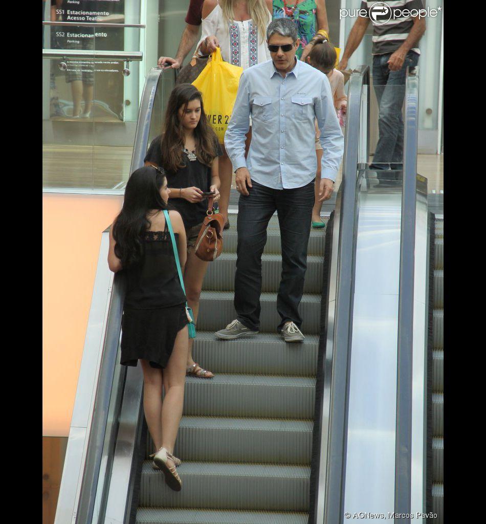 William Bonner vai com as filhas ao shopping no Rio de Janeiro neste sábado, 13 de setembro de 2014