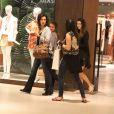 Fátima Bernardes não faz diferente e aposta em noite de compras com as filhas em shopping no Rio. Apresentadora do 'Encontro' ainda posou com fãs para fotos
