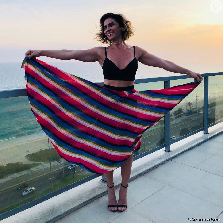 Saia midi colorida + cropped  o look certeiro de verão de Giovanna Antonelli 54fb7a6c2142f