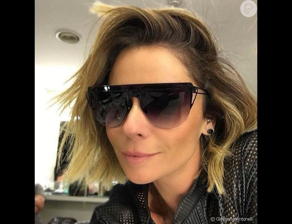 O óculos escuros moderninho estilo máscara é tendência e uma das apostas de Giovanna  Antonelli 2eea75a864