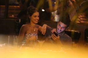 Laura Neiva exibe aliança e se diverte com Chay Suede em jantar no Rio. Fotos!