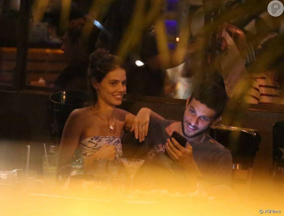 Laura Neiva e Chay Suede curtem jantar em clima de romance no Baixo Gávea, zona sul do Rio de Janeiro, na noite desta quinta-feira, 10 de janeiro de 2018
