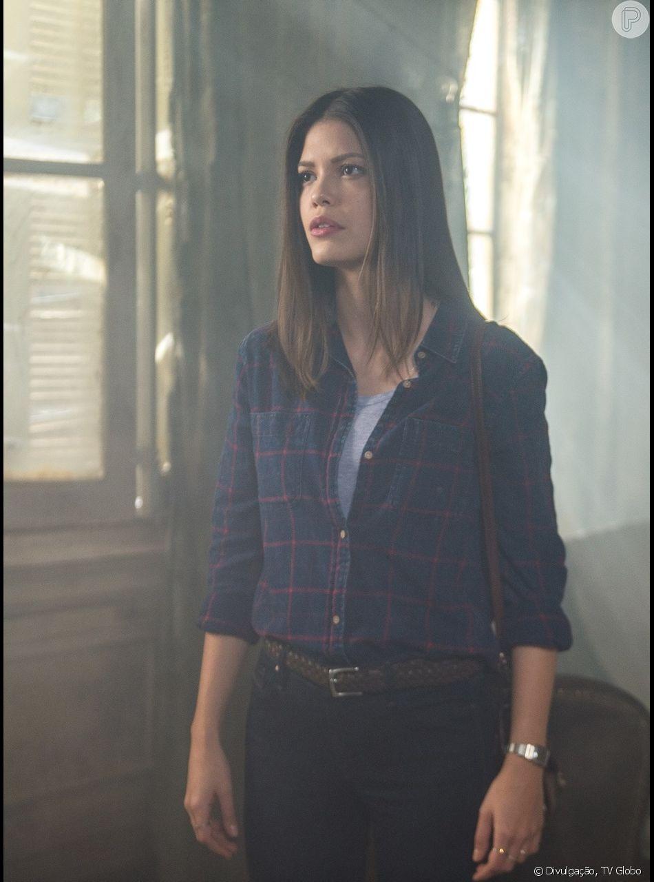 Isabel (Alinne Moraes) escreve nova matéria falsa contra Cris (Vitória Strada) no capítulo de sexta-feira, 25 de janeiro de 2019 da novela 'Espelho da Vida'