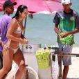 Yanna Lavigne checa marquinha de biquíni, come milho e dá mergulho em mar da Barra da Tijuca, zona oeste do Rio de Janeiro, nesta segunda-feira, 14 de janeiro de 2018