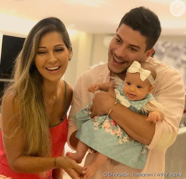 Filha de Mayra Cardi e Arthur Aguiar, Sophia tenta dar os primeiros passos