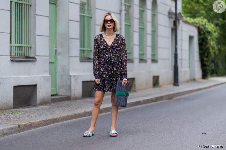 O vestido curto com mangas longas e estampa elegante ajuda a deixar o look com slide mais sofisticado