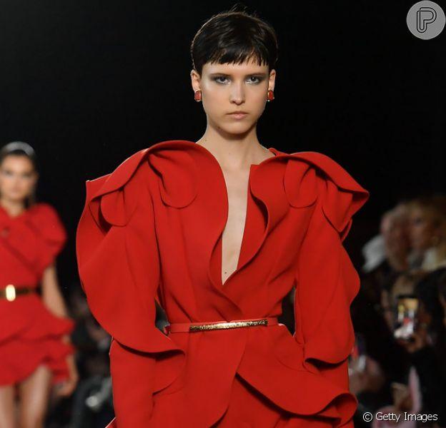 O vermelho intenso foi um dos tons que ganhou destaque na coleção de primavera/verão 2019 da Elie Saab na Semana de Moda de Paris