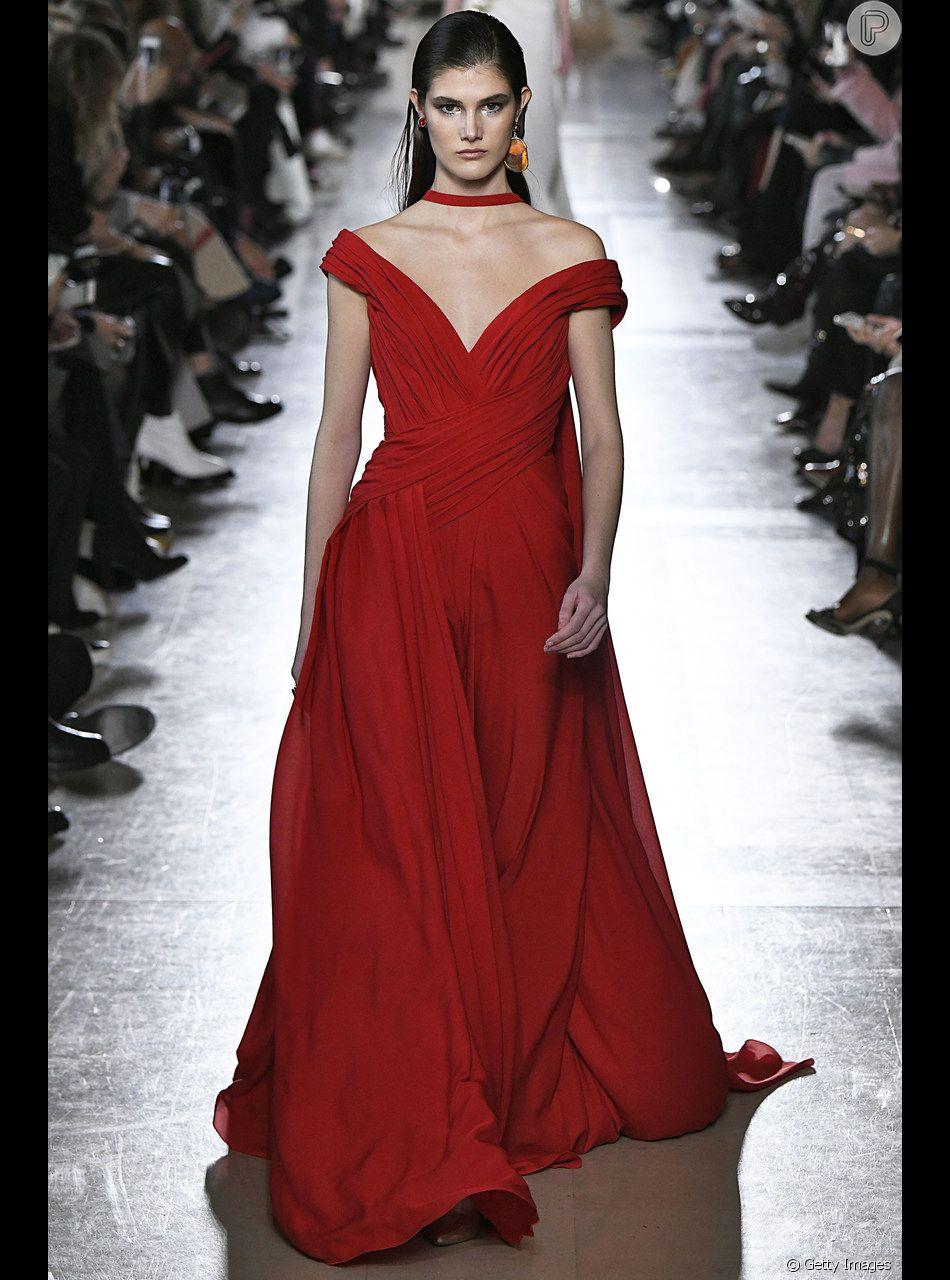 O Vestido Longo Vermelho Com Decote Em V E Detalhe No