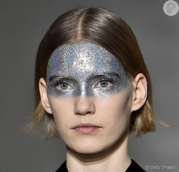 Na Givenchy, a máscara de glitter prateado foi destaque nas passarelas da Semana de Moda de Paris 2019