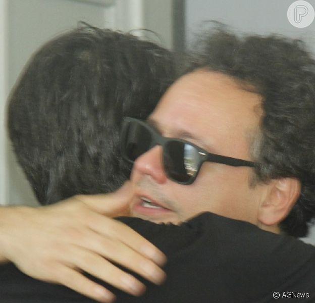 Danton Mello se emocionou e foi consolado no velório e sepultamento do ator Caio Junqueira, nesta quinta-feira, 24 de janeiro de 2019: 'Cara tão novo!'