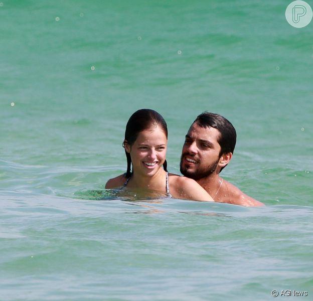 Beijo, risadas e mergulhos! Rodrigo Simas e Agatha Moreira curtem praia no Rio nesta quinta-feira, dia 24 de janeiro de 2019