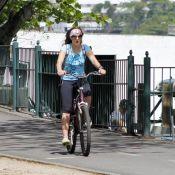 Prestes a voltar à novela 'Império', Adriana Birolli passeia de bicicleta no RJ