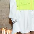 Truque de styling: pulseiras por cima da manga comprida, adicionando brilho ao look.