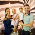 Thais Fersoza e Michel Teló estão em Orlando com os filhos