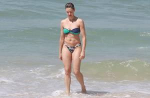 Bianca Rinaldi toma banho de mar de biquíni e mostra boa forma em praia carioca