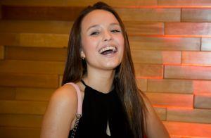 Larissa Manoela combina minivestido com bolsa de grife de R$ 10 mil em première