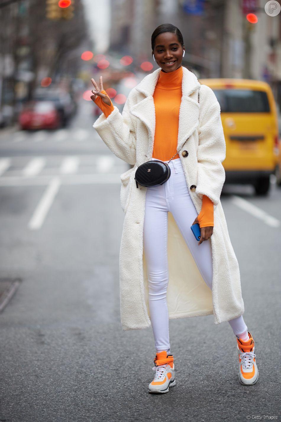 Calça branca skinny: combine com cores vibrantes!
