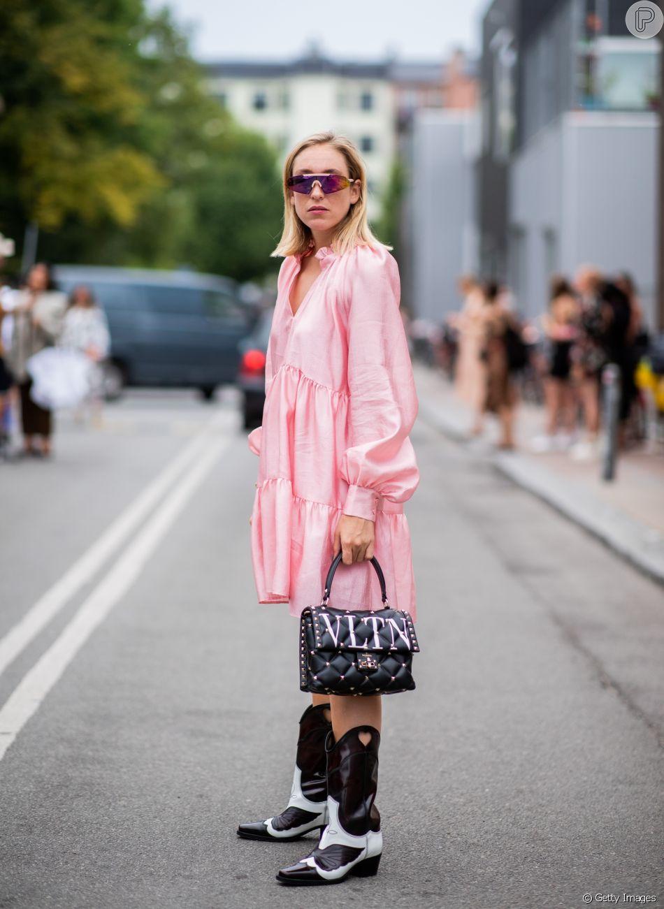 Vestido rosa: com bota western e bolsa statement Valentino