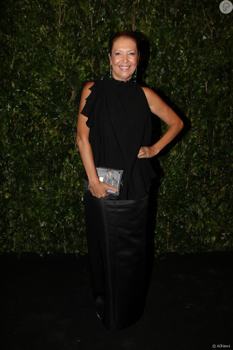 Donata Meirelles, diretora de estilo da Vogue, foi criticada na web por  festa d614d49b93