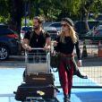 Giovanna Ewbank e o marido, Bruno Gagliasso, aparecem estilosos em aeroporto