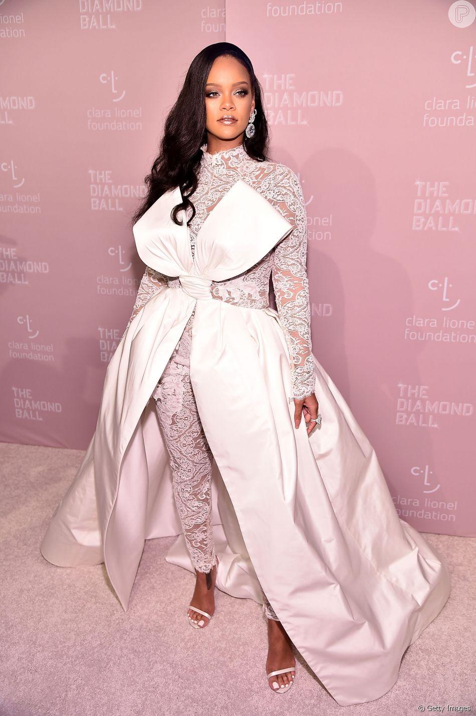 O jumpsuit com laço gigante usado por Rihanna no Diamond Ball 2018 foi supercomentado