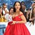 Rihanna chamou atenção com vestido longo volumoso e decotado na première de 'Valerian e a Cidade dos Mil Planetas' em Londres, em 2017