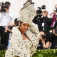 No MET Gala 2018, Rihanna fez referência ao papa em look
