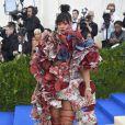 O vestido conceitual da grife Comme des Garçons, caprichado em babados estampados que Rihanna usou no MET Gala 2017, deu o que falar!