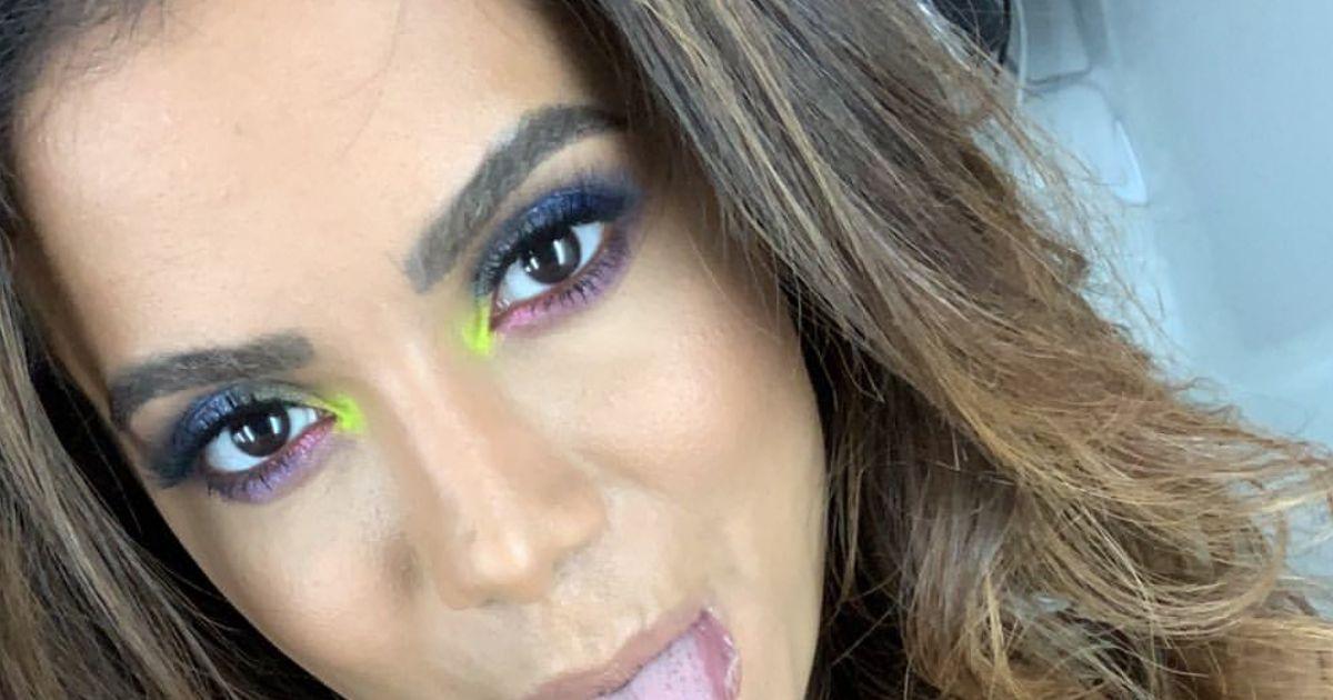 5e940158d Sucesso no visual garantido  Anitta usou amarelo neon na maquiagem para  iluminar o cantinho interno dos olhos - Purepeople