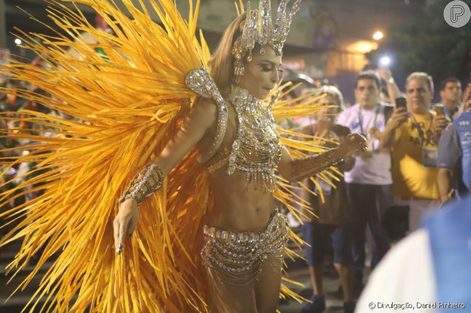 Grazi Massafera grava novela da Globo na Sapucaí e corpo definido atrai flashs na madrugada desta segunda-feira, dia 04 de março de 2019