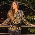 Romana Novais combinou uma calça de couro com uma blusa de estampa clássica, finalizando com um cinto largo