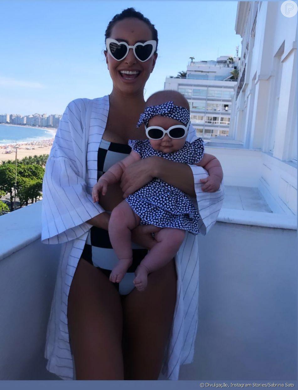 93e0e3b6c0353 Sabrina Sato e Zoe usam óculos de sol combinando em