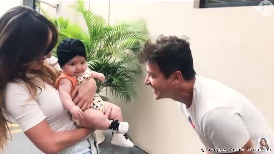Sabrina Sato publicou um vídeo no Youtube da primeira vez que levou a filha, Zoe, para passear na Record, onde recebeu o carinho de Rodrigo Faro e outros funcionários