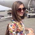 Klara Castanho não dispensa o óculos escuro na composição do seu visual