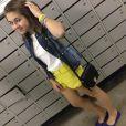 Com a aproximação do verão, Klara Castanho está sempre desfilando roupas coloridas e acessórios descolados