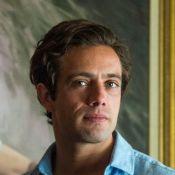 Rafael Cardoso surge com novo visual, de cabelo raspado, em fotos com pet na web